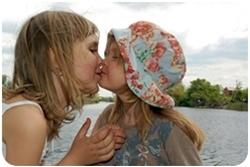 Две маленькие девочки целуются