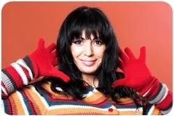 Женщина в красных перчатках и цветном свитере