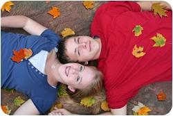 Парень с девушкой лежат на земле