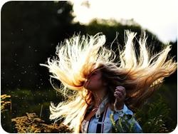 Девушка встряхнула волосы