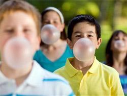 Дети надувают жвачку