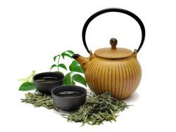 Чайник, чашки и чайные листья